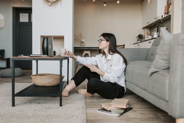 vrouw zit op de grond met laptop